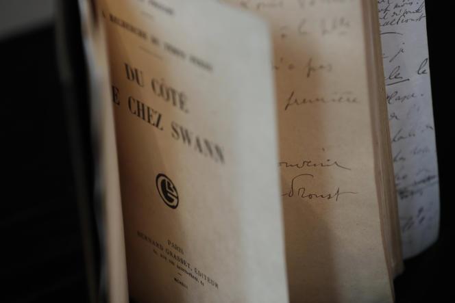 Une édition originale de «Du côté de chez Swann», lors d'une vente aux enchères à Sotheby's, le 28 septembre 2017.
