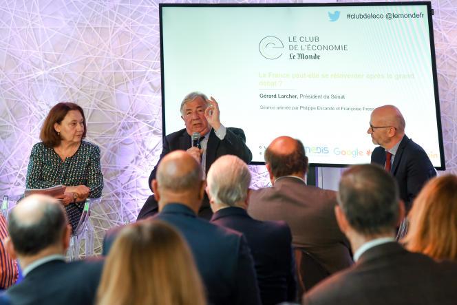 Le président LR du Sénat, Gérard Larcher, entouré des éditorialistes du « Monde », Françoise FressozetPhilippe Escande, au Club de l'économie, le 23 mai.