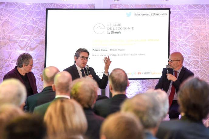 Le PDG de Thales,Patrice Caine, entouré des journalistes du « Monde »,Isabelle Chaperon et Philippe Escande, au Club de l'économie, le 23 mai.