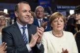 Manfred Weber, à gauche, et la chancelière allemande Angela Merkel lors du dernier meeting de campagne en vue des européennes, le 24 mai à Munich.