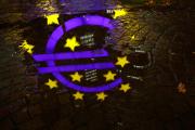 Le symbole de l'euro, devant les anciens bureaux de la BCE, à Francfort (Allemagne), le 20 novembre 2017.