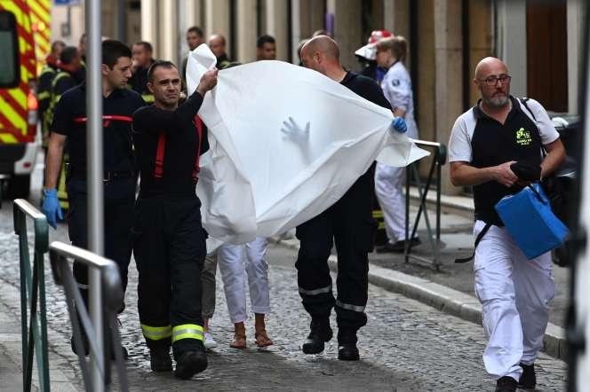 Les pompiers évacuent une personne blessée après l'explosion d'un colis piégé à Lyon, le 24mai.