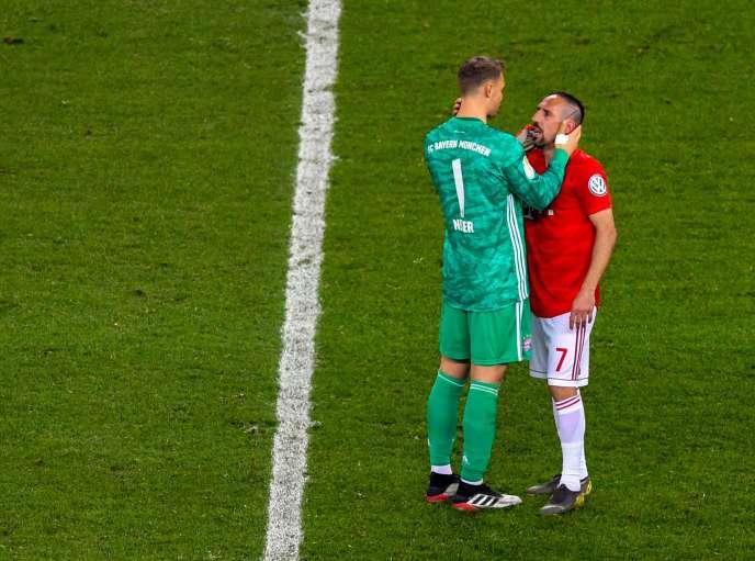 Le gardien du Bayern, Manuel Neuer, prend Franck Ribéry dans ses bras pour son dernier match, samedi 25 mai.