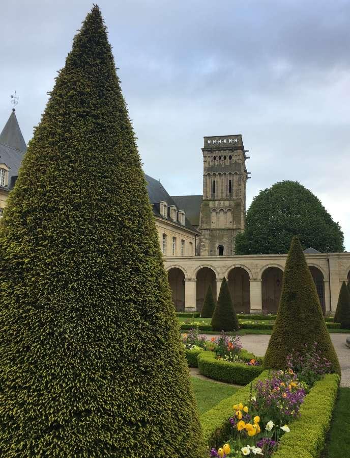 Vue d'un des jardins de l'abbaye aux Dames, à Caen.