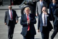 Le président américain Donald Trump sur le tarmac de la base aérienne d'Anchorage, en Alaska, avant son départ pour le Japon, le 24 mai.