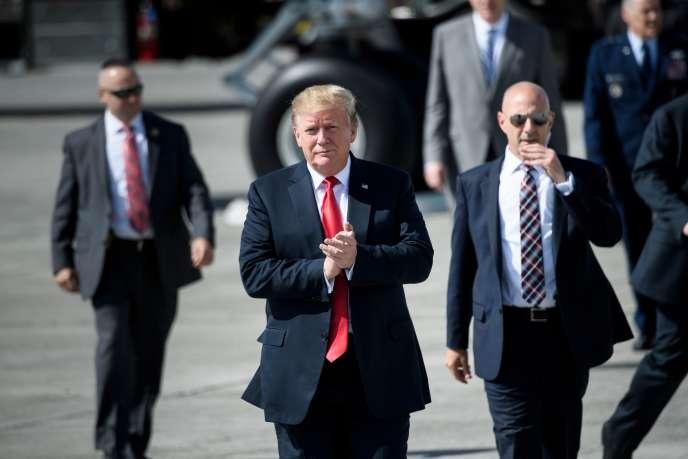 Donald Trump sur le tarmac de la base aérienne d'Anchorage, en Alaska, avant son départ pour le Japon, le 24 mai.