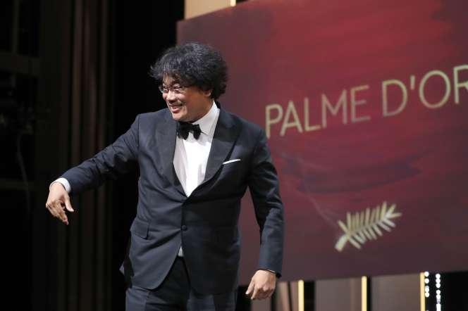 Le réalisateur sud-coréen Bong Joon-Ho reçoit la récompense suprême cannoise, le 25 mai.
