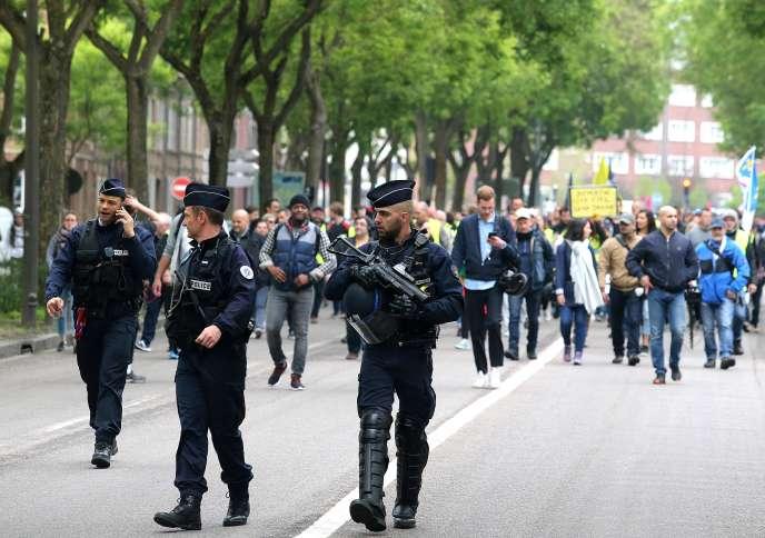 A Amiens, au moins 800«gilets jaunes» se sont réunis pour défiler autour du centre-ville, bloqué par les forces de l'ordre.