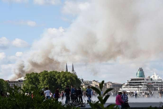 Plus de 100 pompiers, 30 véhicules de secours, cinq grandes échelles et 16 lances à eau ont été mobilisés pour maîtriser le feu