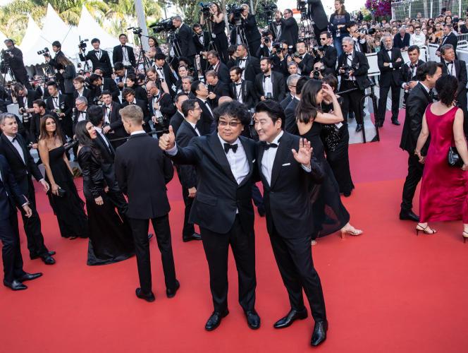 Le cinéaste coréen Bong Joon-ho (à gauche), Palme d'or avec « Paradise», et l'acteurSong Kang-ho, lors de la montée des marches de la cérémonie de clôture, à Cannes, le 25 mai.