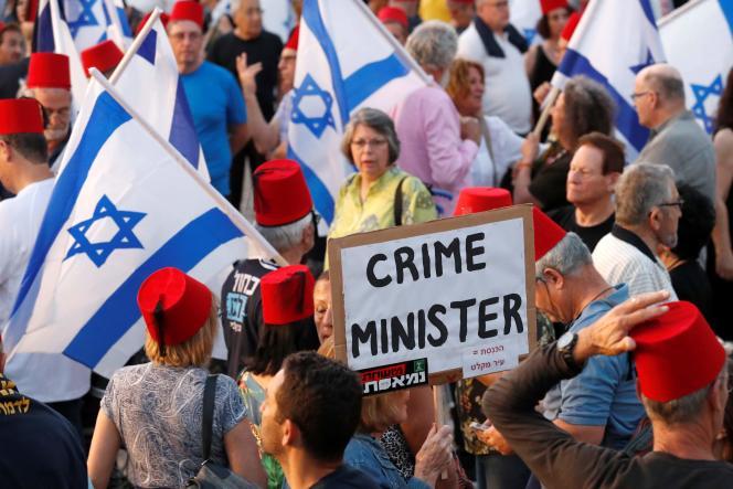 Des milliers d'Israéliens ont manifestécontre le premier ministre Benyamin Nétanyahou, à Tel-Aviv, le 25 mai.