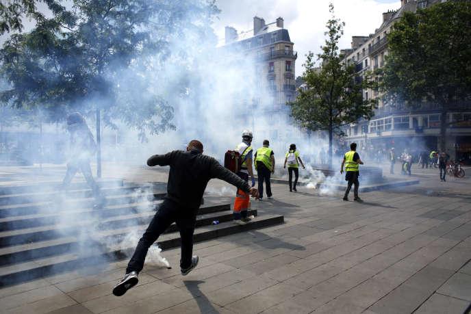 Jets de projectiles et grenades lacrymogènes, sur la place de la République à Paris, 25 mai.