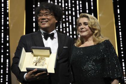 Catherine Deneuve a remisla Palme d'or au cinéaste coréen Bong Joon-ho, pour son film « Parasite», le 25 mai, à Cannes.