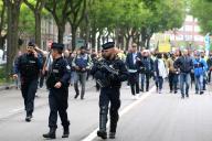 A Amiens, au moins 800 « gilets jaunes » se sont réunis pour défiler autour du centre-ville, bloqué par les forces de l'ordre.