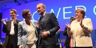Annegret Kramp-Karrenbauer, Manfred Weber et Angela Merkel, à Munich (Allemagne), le 24 mai.