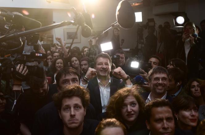 Yannick Jadot avec ses militants au restaurant Le Hang'art à Paris 19e, le 26 mai.