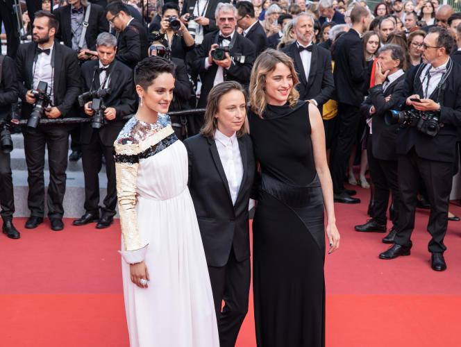 Céline Sciamma (au centre) lors de la montée des marches de la cérémonie de clôture, à Cannes, le 25 mai. La réalisatrice a reçu le Prix du scénario pourson film «Portrait de la jeune fille en feu».