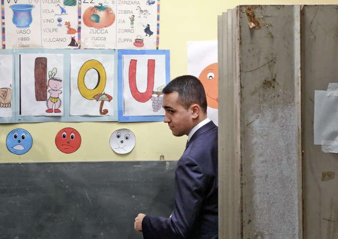 Le chef de file du Mouvement 5 étoiles, Luigi Di Maio, dimanche 26 mai à Pomigliano D'Arco, près de Naples, dans son bureau de vote.