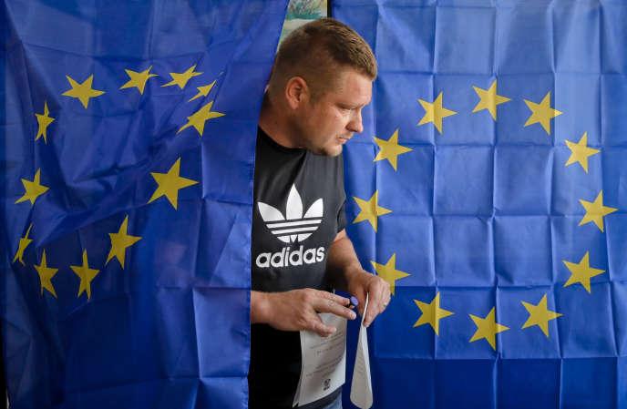 Dans un bureau de vote de Baleni (Roumanie), dimanche 26 mai 2019.