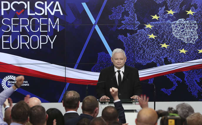 Jaroslaw Kaczynski, chef du parti Droit et justice (PiS), annonce les résultats des élections européennes, et le bon score de sa formation, à Varsovie, le 26 mai.