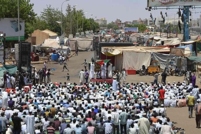 Des protestants soudanais rassemblés devant le quartier général de l'armée, le 17 mai.