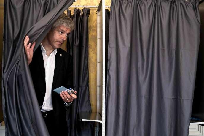 Laurent Wauquiez dans son bureau de votedu Puy-en-Velay, le 26 mai.