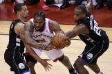 Kawhi Leonard tente de s'extirper de la défense des Milwaukee Bucks.