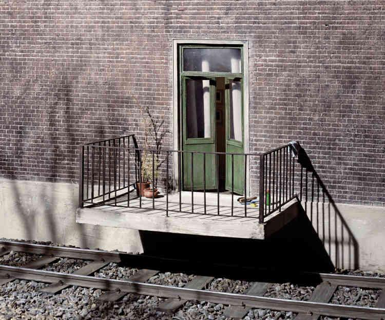 «Quand même, il y a des gens qui habitent dans des endroits impossibles ! Rassurez-vous, il s'agit ici d'une maquette. Le photographe allemand Frank Kunert invente des mondes miniatures assez fantaisistes ou un peu absurdes, dans son studio photo avec de la colle, des pinceaux et une bonne dose d'ironie et d'humour ».
