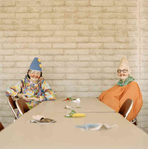 «Sun City est la première ville fermée destinée exclusivement aux retraités aisés, située dans l'Arizona, au sud-est des Etats-Unis. Ni école, ni enfant, dans ces 40 km carrés où la moyenne d'âge des 40 000 habitants est de 75 ans. En 2002, Peter Granser s'introduit dans ce ghetto pour seniors, et profite des fêtes pour y réaliser quelques portraits hauts en couleurs. »