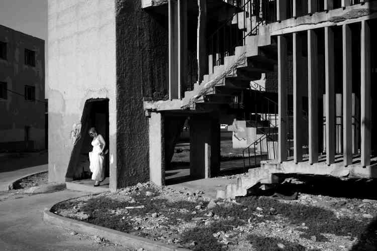 «En 2016, lors d'un voyage à La Havane, Jean-Christophe Béchet est intrigué par les personnes élégantes qui entrent et sortent d'un immeuble en miettes situé sur le Malecon. Il y retourne plusieurs fois et s'intéresse de près à ce bâtiment d'architecture brutaliste, l'edificio Giron. Conçu en 1967, sa façade est ravagée par les embruns de la mer, en revanche, les intérieurs sont soignés. Comme une métonymie de Cuba, conclut-il».