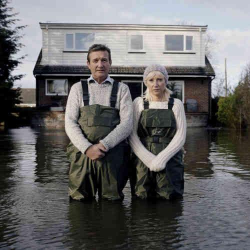 """«Cette photo prise au Royaume Uni en 2014 fait partie des """"portraits submergés"""", une série réalisée aux quatre coins du monde et depuis plus de dix ans, pour faire prendre conscience des conséquences du réchauffement climatique. Le Festival du regard expose les photos de Gideon Mendel dans le bassin de la préfecture de Cergy-Pontoise.»"""