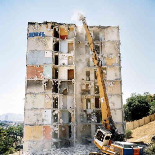 """«5 novembre 2018, deux immeubles s'écroulent en plein centre de Marseille faisant 8 morts. Dès lors il paraissait évident qu'il fallait inclure dans la programmation du festival une série sur cette ville. Heureuse coïncidence, la photographe Yohanne Lamoulère venait de sortir """"Faux-bourgs"""" aux éditions du Bec en l'air, qui reprend une partie de son travail sur la cité phocéenne»."""