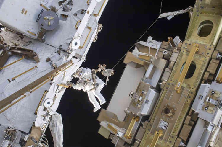 «De novembre 2016 à juin 2017, l'astronaute de l'Agence spatiale européenne Thomas Pesquet a mené une mission de six mois dans la Station spatiale internationale en orbite à 400 km de la Terre - préfigurant peut-être ce qui attend les générations futures, habiter l'espace».