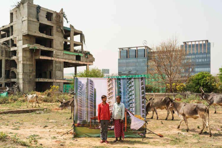 « AGurgaon, dans la banlieue de Delhi, promoteurs et publicitaires rivalisent d'audace pour convaincre la classe moyenne d'investir dans des complexes résidentiels à peine sortis de terre. Inspirés par la tradition indienne du photographe de foire, en 2017 Arthur Crestani a eu l'idée d'utiliserdes brochures collectées dans les salons immobiliers qu'il a fait imprimer sur des bâches. Il a ensuite invité hommes et femmes, rencontrés au bord des routes et dans les terrains vagues, à poser devant l'image idyllique tout en conservant dans son cadre, l'envers du décor».
