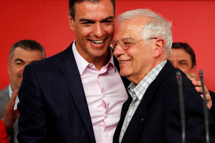 Le premier ministre espagnol, Pedro Sanchez, et Josep Borrell, tête de liste du PSOE aux européennes, à Madrid, le 27 mai.