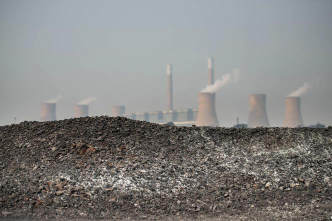 Un amas de charbon devant la centrale électrique de Duvha, en Afrique du Sud, en septembre 2016.