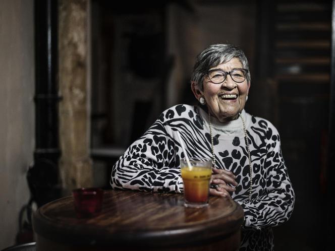 Ginette Kolinka au Yono,rue Vieille-du-Temple, dans le quartier du Marais, à Paris, le 20 mai.