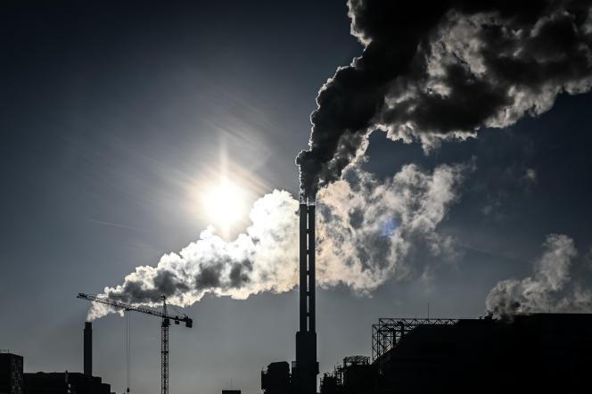 Les cheminées d'usines d'incinération de déchets à Saint-Ouen (Seine-Saint-Denis), en décembre 2018.