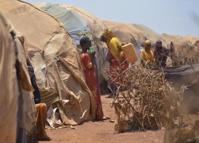 Le 14 mars 2017, des familles déplacées dans un campement improvisé à la périphérie de Baidoa, au sud-ouest de la baie de Somalie, où des milliers de personnes arrivent chaque jour après avoir fui la campagne aride.