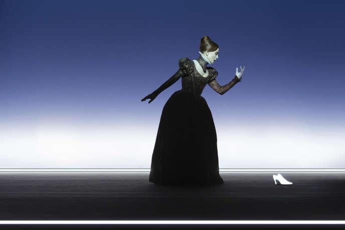 Isabelle Huppert incarne Marie Stuart dans«Mary Said What She Said», de Darryl Pinckney, mise en scène de Bob Wilson.