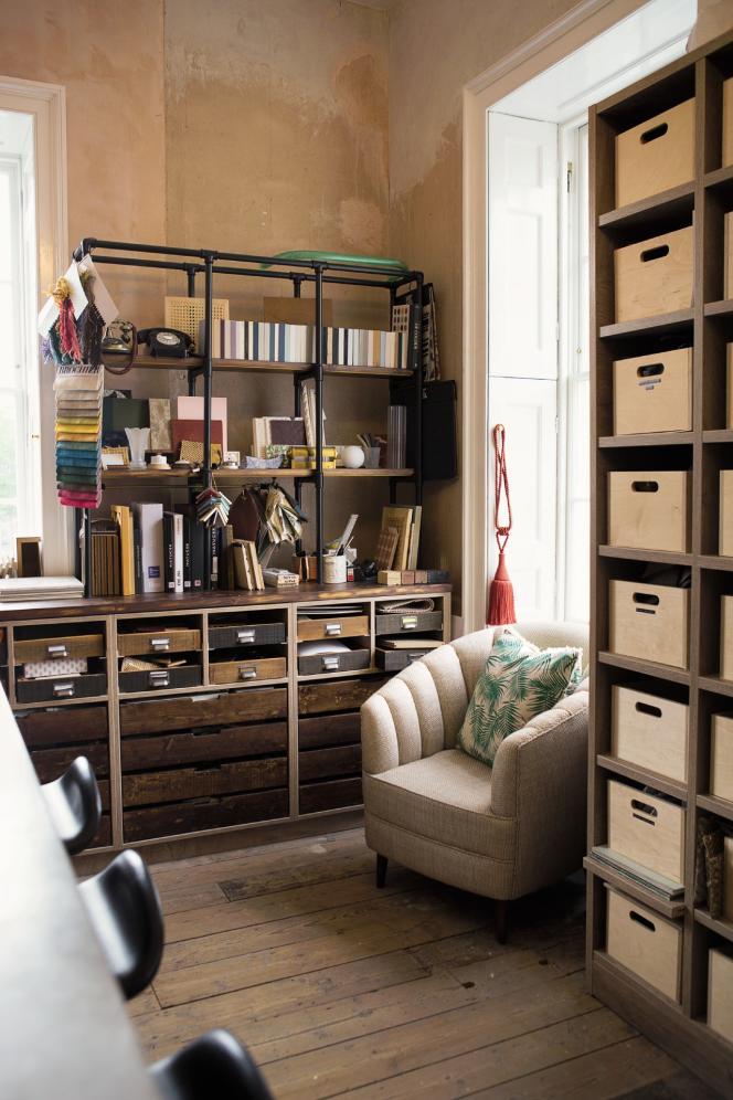 Les tiroirs en bois fabriqués sur mesure contiennent les échantillons de l'équipe dustudio de design.