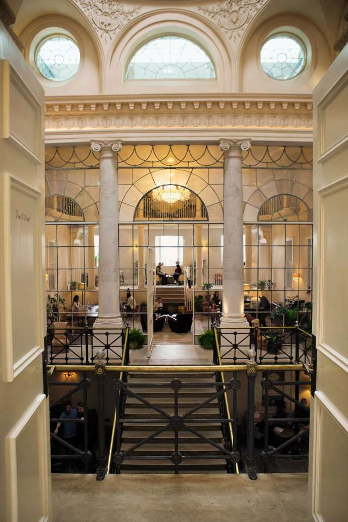 Au premier étage, galerie et bar sont réservés auxsalariés, pour une faire une pause ouseréunir.