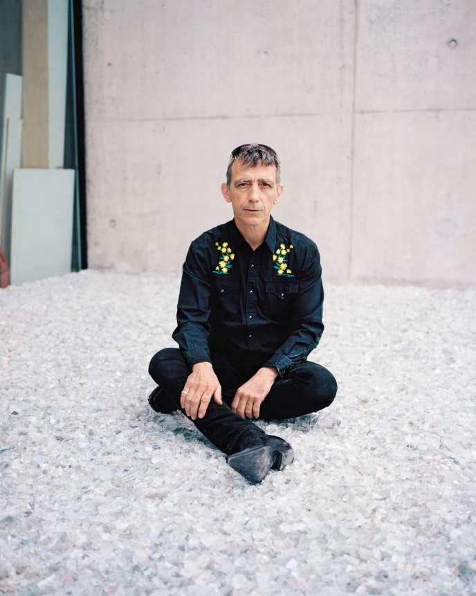 Céleste Boursier-Mougenot, assis sur son installation «Plage», à la FondationFrançois Schneider, à Wattwiller (Haut-Rhin).
