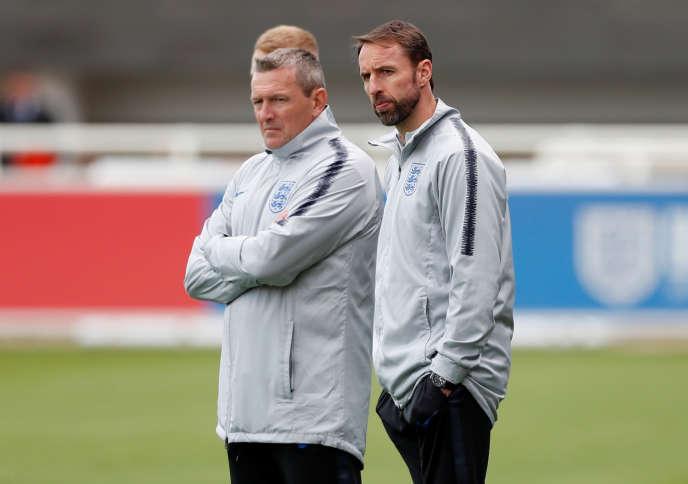 Aidy Boothroyd, sélectionneur de l'Angleterre U21 (à gauche) et Gareth Southgate, sélectionneur de l'Angleterre (à droite) à l'entraînement le 28 mai.