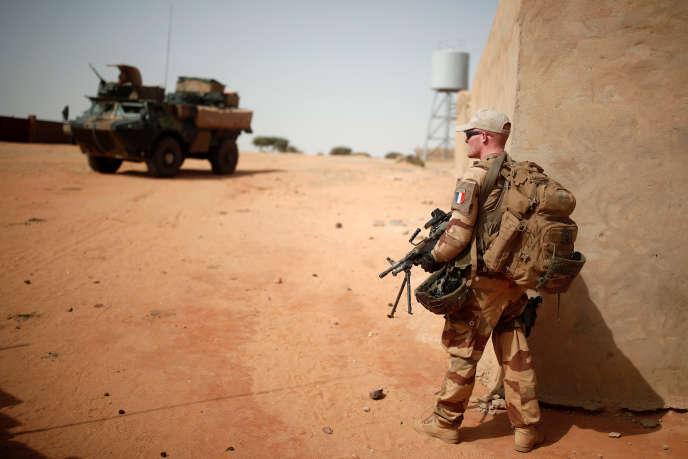 Un soldat français patrouille à Tin Hama, au Mali, le 19 octobre.