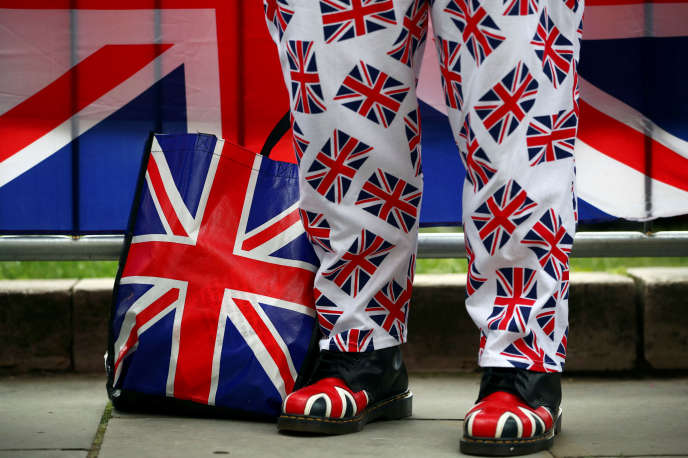 Un partisan du Brexit, devant le Parlement britannique, à Londres, le 13 mars.