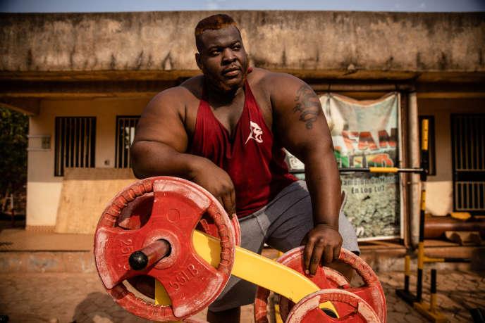 Iron Biby, champion du monde de « log lift », chez lui, à Bobo-Dioulasso, au Burkina Faso.