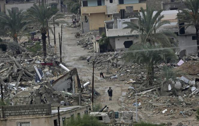 Des militaires égyptiens patrouillent à Rafah, dans les ruines des maisons détruites par l'armée, en novembre 2014. La photo est prise depuis la partie palestinienne de Rafah, dans la bande de Gaza.