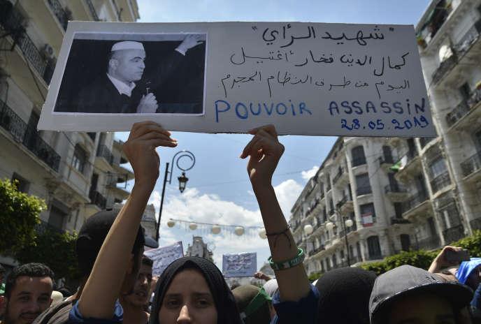 Des étudiants brandissent une pancarte dénonçant la mort du militant Kamel Eddine Fekhar, à Alger, le 28mai 2019.