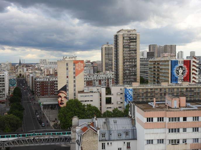 Vue sur les fresques des artistes Shepard Fairey (« Delicate Balance » ; « Rise above Rebel » ; « Liberté, Egalité, Fraternité »), Add Fuel (« Envolvente ») et Invader («PA_240»), dans le 13e arrondissement de Paris.